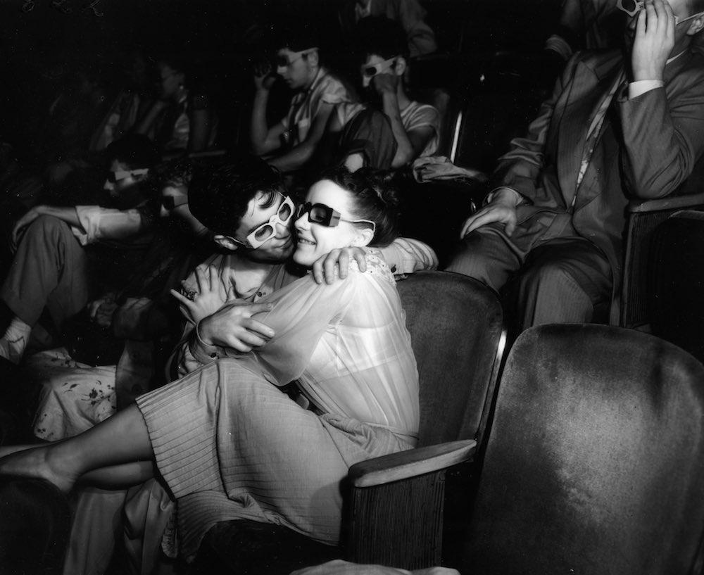 Групповуха ебут баб в кинотеатре