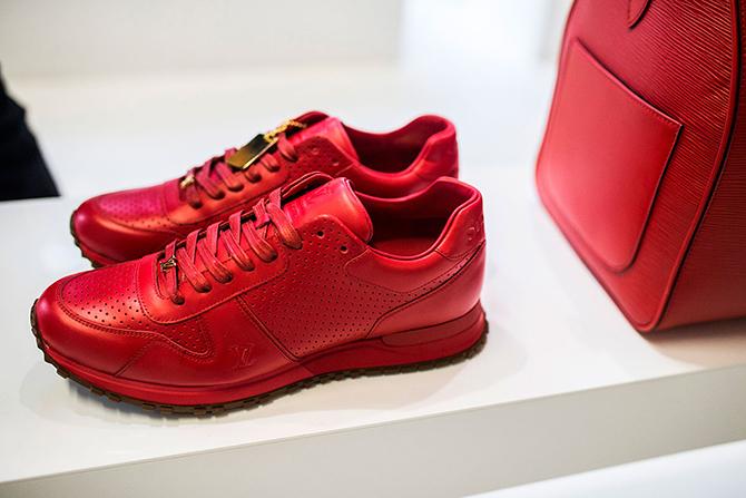 3b948e873cb9 На прошлой неделе Louis Vuitton и Supreme сорвали крышу посетителям Неделю  моды в Париже, представив совместную коллекцию одежды, обуви и аксессуаров  ...