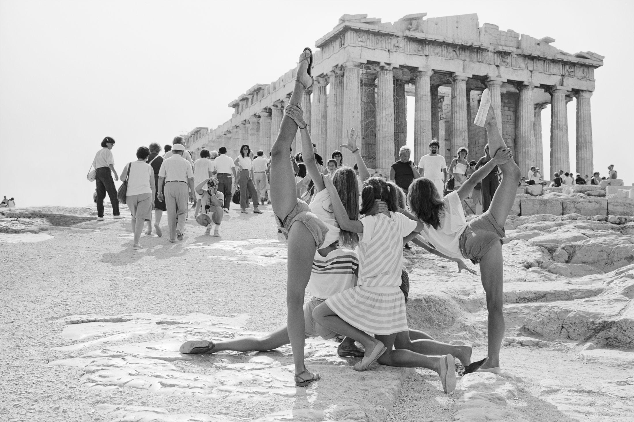 https://xage.ru/media/posts/2019/11/25/on-acropolis-photographs-of-summer-tourists_oPPPQG4.jpg