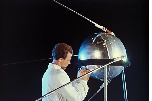 Советский учёный работает над советским «Спутником—1»