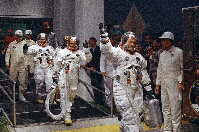 Фото первого человека на луне