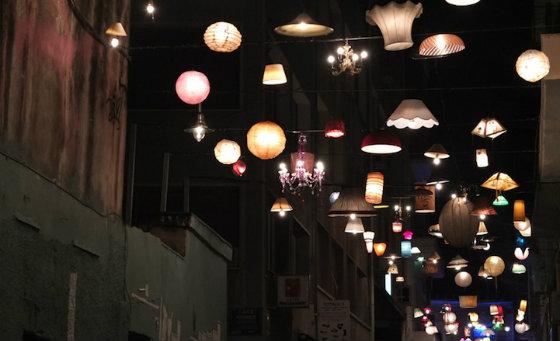 Вулиці грецького міста оновили світловим асорті