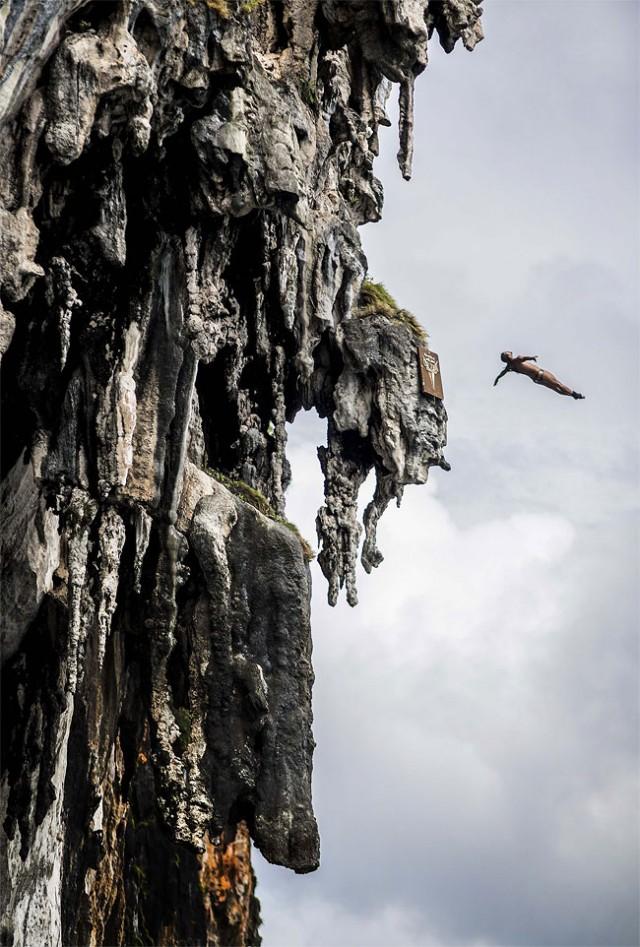 http://xage.ru/media/posts/2013/11/5/red-bull-cliff-diving-2013_3.jpg