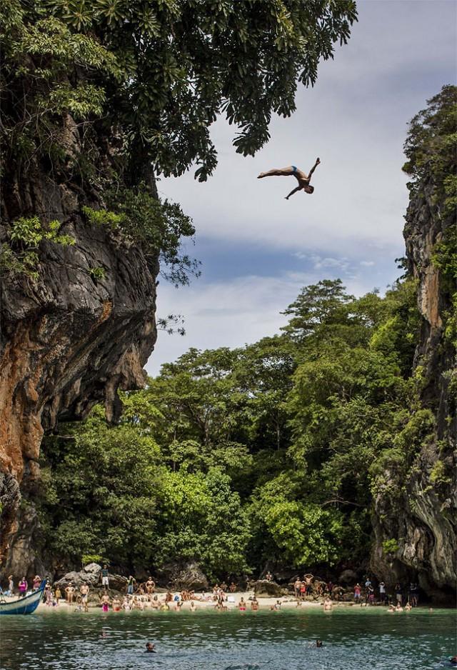 http://xage.ru/media/posts/2013/11/5/red-bull-cliff-diving-2013_8.jpg