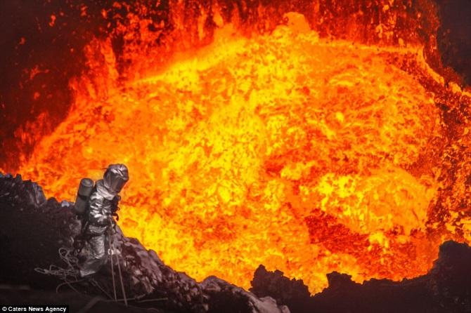 Селфи прямо в кратере действующего вулкана